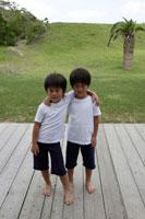 肩を組む双子の男の子 30018000518A| 写真素材・ストックフォト・画像・イラスト素材|アマナイメージズ