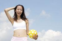 ボールを持っている女性 30018000534| 写真素材・ストックフォト・画像・イラスト素材|アマナイメージズ