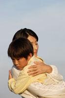 息子を抱きしめる母親
