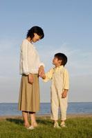 手を繋ぐお母さんと男の子