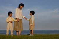 お母さんと双子の男の子 30018000563| 写真素材・ストックフォト・画像・イラスト素材|アマナイメージズ