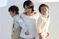 お母さんと双子の男の子 30018000565B| 写真素材・ストックフォト・画像・イラスト素材|アマナイメージズ