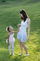 バレエの衣装を着た女の子と女性