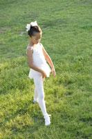 芝生でバレエを踊る女の子