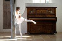 室内でバレエを踊る女の子
