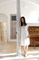 柱によりかかる女性 30018000586| 写真素材・ストックフォト・画像・イラスト素材|アマナイメージズ