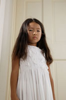 白いワンピースを着た女の子 30018000588B| 写真素材・ストックフォト・画像・イラスト素材|アマナイメージズ