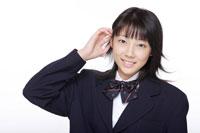 髪を耳にかける女子高校生 30018000615A| 写真素材・ストックフォト・画像・イラスト素材|アマナイメージズ