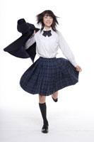 上着を肩にかけて走る女子高校生 30018000620| 写真素材・ストックフォト・画像・イラスト素材|アマナイメージズ