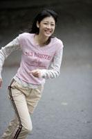 笑顔で走る10代の女の子