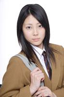 制服姿の日本人の女子高生 30018000646A| 写真素材・ストックフォト・画像・イラスト素材|アマナイメージズ