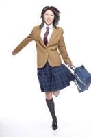飛び跳ねる制服姿の日本人の女子高生