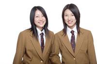 制服姿の日本人の女子高生2人 30018000652| 写真素材・ストックフォト・画像・イラスト素材|アマナイメージズ