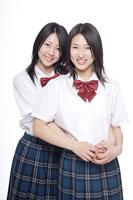制服姿の日本人の女子高生2人 30018000655| 写真素材・ストックフォト・画像・イラスト素材|アマナイメージズ