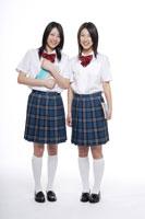 制服姿の日本人の女子高生2人 30018000656| 写真素材・ストックフォト・画像・イラスト素材|アマナイメージズ