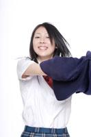 制服を脱ぐ途中の日本人の女子高生 30018000662| 写真素材・ストックフォト・画像・イラスト素材|アマナイメージズ