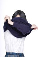 制服を脱ぐ途中の日本人の女子高生 30018000663| 写真素材・ストックフォト・画像・イラスト素材|アマナイメージズ