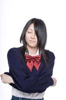 制服を脱ごうとする日本人の女子高生 30018000664| 写真素材・ストックフォト・画像・イラスト素材|アマナイメージズ