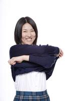 制服を脱ごうとする日本人の女子高生