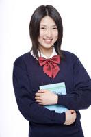 制服姿の日本人の女子高生 30018000677A| 写真素材・ストックフォト・画像・イラスト素材|アマナイメージズ