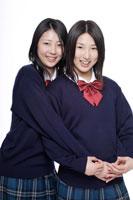 制服姿の日本人の女子高生2人 30018000678A| 写真素材・ストックフォト・画像・イラスト素材|アマナイメージズ