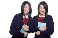 制服姿の日本人の女子高生2人 30018000679| 写真素材・ストックフォト・画像・イラスト素材|アマナイメージズ