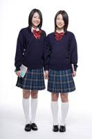 制服姿の日本人の女子高生2人 30018000680| 写真素材・ストックフォト・画像・イラスト素材|アマナイメージズ