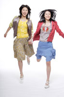 飛び跳ねる日本人の女の子2人 30018000690| 写真素材・ストックフォト・画像・イラスト素材|アマナイメージズ