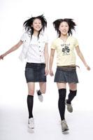 飛び跳ねる日本人の女の子2人 30018000700| 写真素材・ストックフォト・画像・イラスト素材|アマナイメージズ