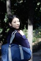 木漏れ日と制服姿の女子高生