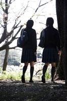 下校中の制服姿の女子高生2人の後姿