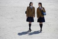 登校中の日本人の女子高生2人 30018000725A| 写真素材・ストックフォト・画像・イラスト素材|アマナイメージズ