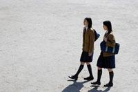登校中の日本人の女子高生2人 30018000726A| 写真素材・ストックフォト・画像・イラスト素材|アマナイメージズ
