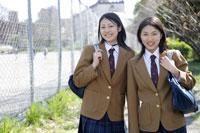 制服姿の日本人の女子高生2人