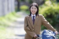 自転車で通学する女子高生
