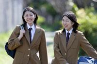 通学中の日本人の女子高生2人