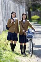 通学中の日本人の女子高生2人 30018000744A| 写真素材・ストックフォト・画像・イラスト素材|アマナイメージズ