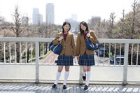 通学中の日本人の女子高生2人 30018000756| 写真素材・ストックフォト・画像・イラスト素材|アマナイメージズ