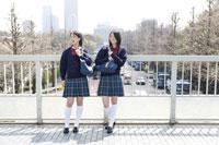 通学中の日本人の女子高生2人 30018000757A| 写真素材・ストックフォト・画像・イラスト素材|アマナイメージズ