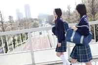 通学中の日本人の女子高生2人 30018000759| 写真素材・ストックフォト・画像・イラスト素材|アマナイメージズ