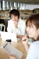 オフィスで打ち合わせをする日本人