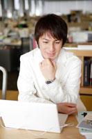 オフィスでミーティングをする日本人男性
