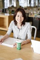 オフィスでミーティングをする日本人女性