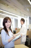 オフィスで働く日本人