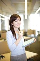 オフィスで働く日本人女性