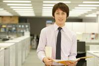 オフィスで働く日本人男性
