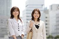 スーツ姿の日本人女性2名