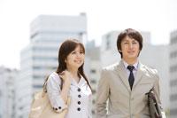 スーツ姿の日本人の男女