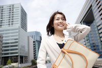 スーツ姿の日本人女性