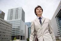スーツ姿の日本人男性